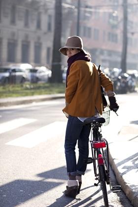 chica con americana en bicicleta